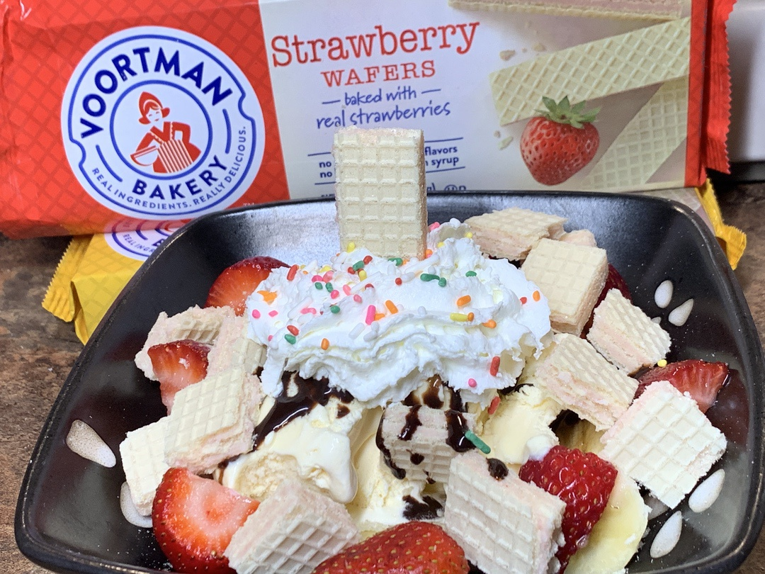 Strawberry Wafer Banana Split with Voortman Bakery